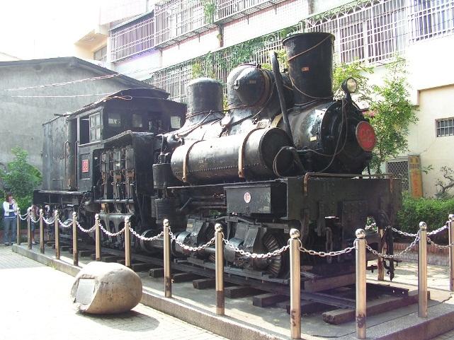 Đến đây, bạn có thể bắt gặp những chiếc đầu kéo xe lửa được trưng bày.