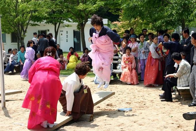 Korea-Andong-Dano_Festival-Seesawing-01