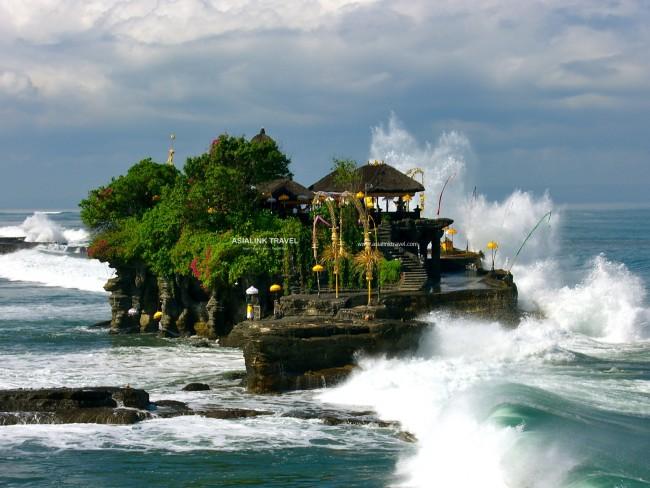 Đền Tanah Lot giữa biển khơi