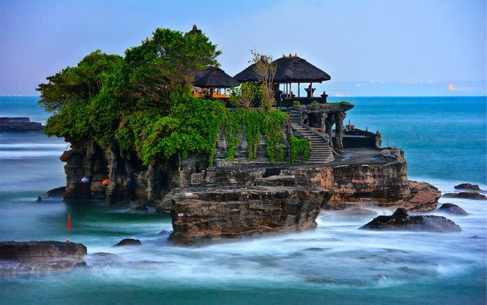 Bali được mệnh danh là đảo thần bởi hàng nghìn hòn đảo có ở đây. Trong ảnh là Đền Tanah Lot