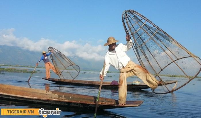 Người dân đánh bắt cá ở Hồ Inle
