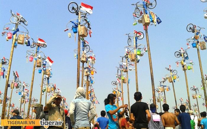 Lễ hội trèo cây cau bôi mỡ