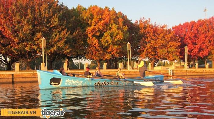 Chèo thuyền trên hồ