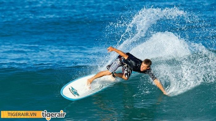 Du khách trải nghiệm môn lướt sóng
